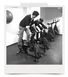 Etienne og jeg tester kondicykler som mulig træningsaktivitet.